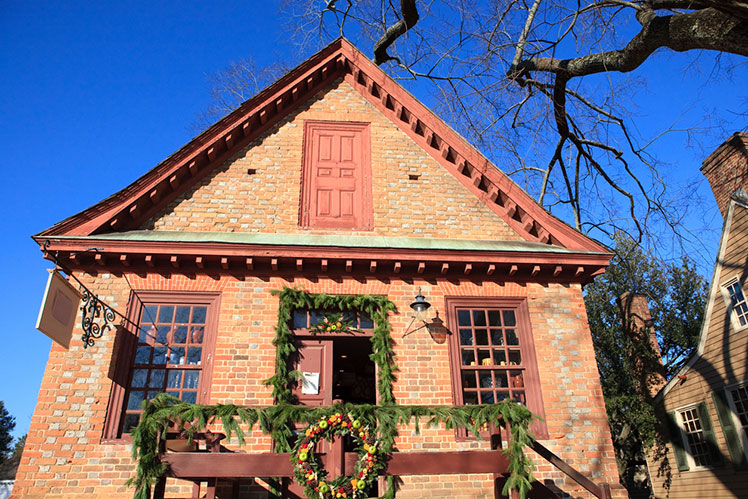 Historic Williamsburg building decorated for Christmas